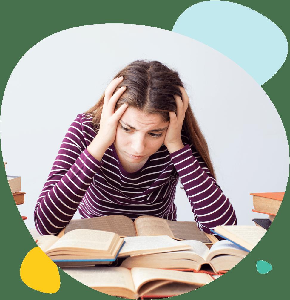 Une jeune fille stressée en train de réviser ses cours