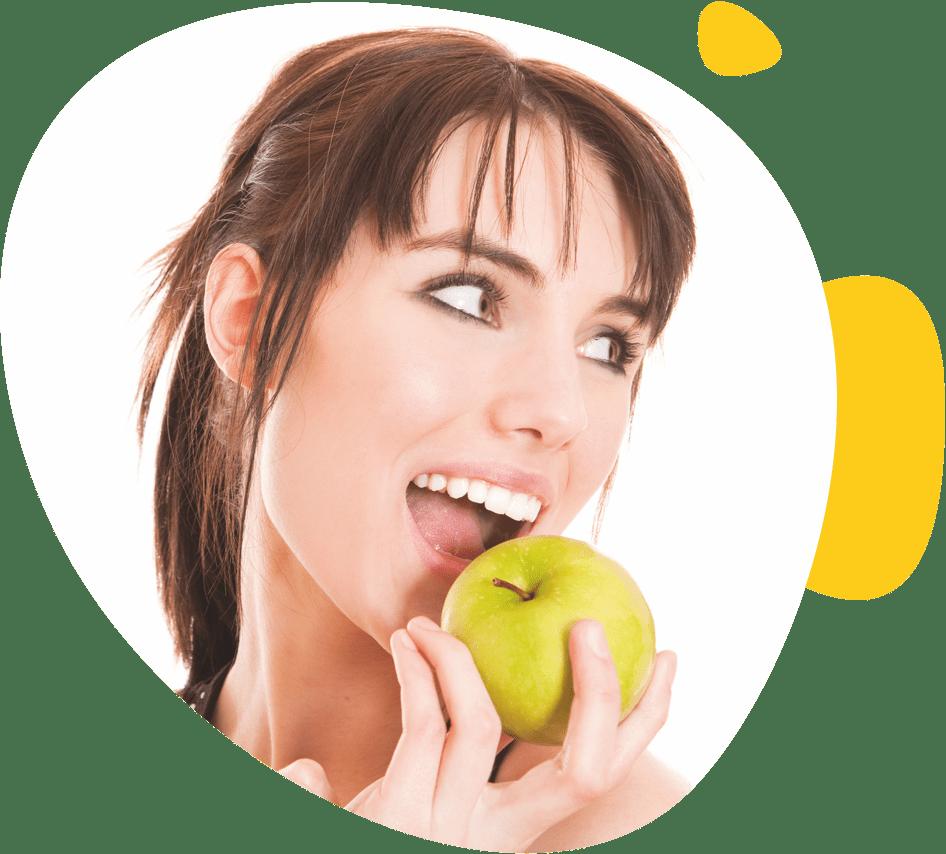 Une jeune fille mange une pomme