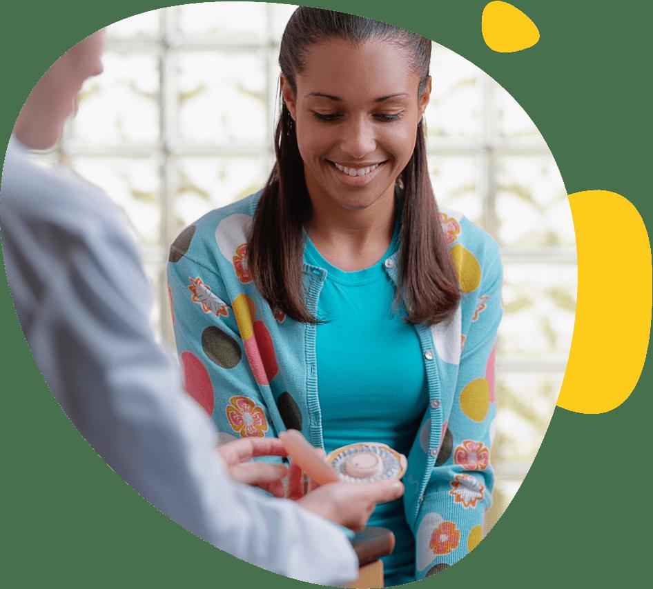 Une jeune fille discute avec son gynécologue