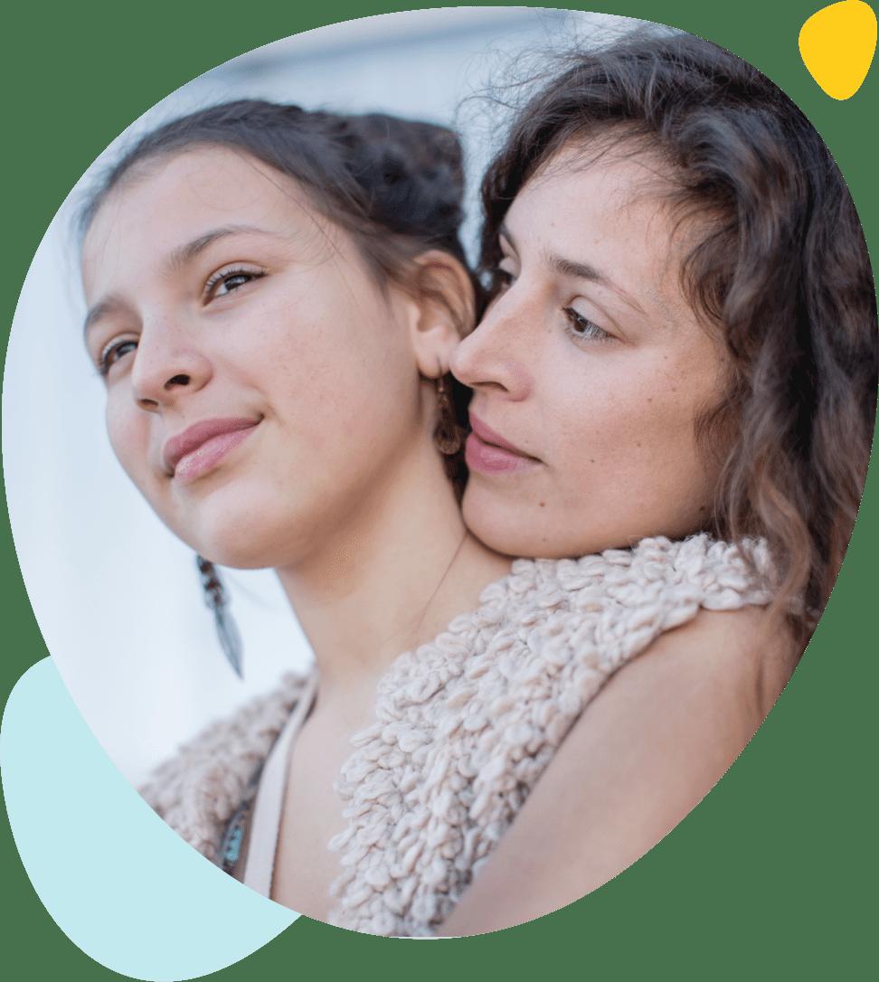 Une adolescente et sa mère qui regardent l'horizon