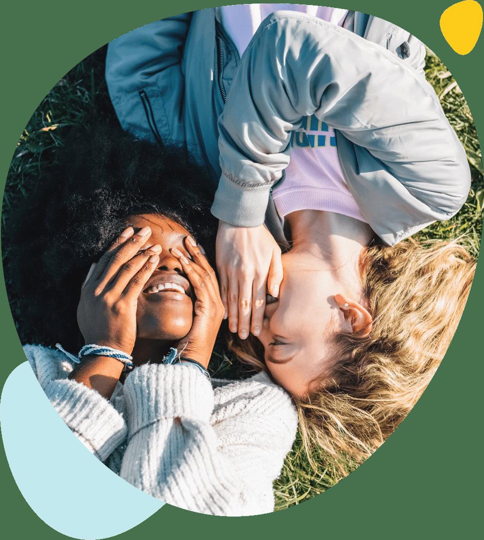 Deux adolescentes rient ensemble
